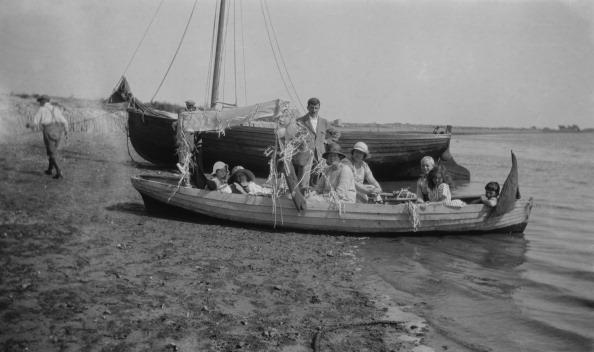 Streamer「Family In Boat On Seashore」:写真・画像(18)[壁紙.com]