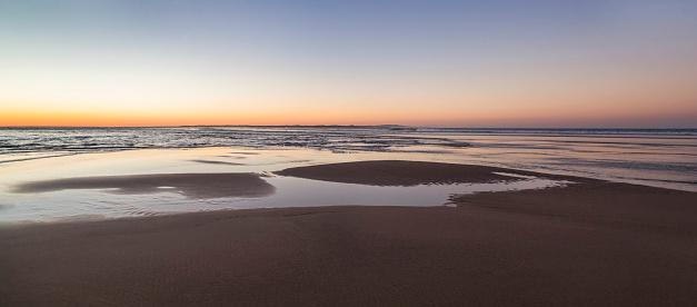Queensland「Water patterns in beach at Dusk,North Stradbroke Island,Queensland,Australia」:スマホ壁紙(3)