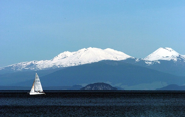 Landscape - Scenery「A Yacht Soaks Up The Sun As It Crosses  Lake Taupo」:写真・画像(1)[壁紙.com]