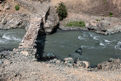 Himalayas「Wooden bridge across the Drass River ,Himalaya,Jammu and Kashmir, Ladakh Region, Tibet,India,」:スマホ壁紙(1)