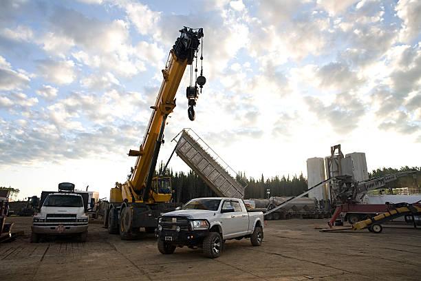 Large pick-up under a crane, with other equipment:スマホ壁紙(壁紙.com)