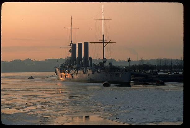 Warship on an Icy River:スマホ壁紙(壁紙.com)