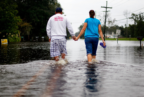 Holding Hands「Tropical Storm Lee Dumps Heavy Rains Onto New Orleans」:写真・画像(4)[壁紙.com]