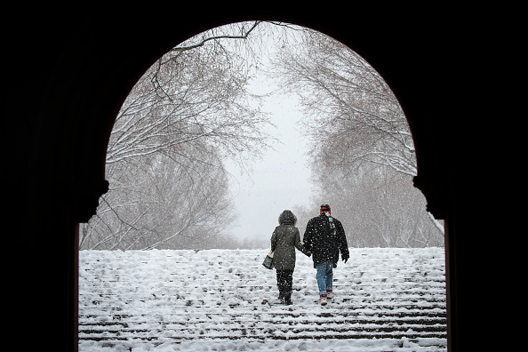 Holding Hands「Storm Brings Snow, Sleet, And High Winds To Mid Atlantic Region On Second Day Of Spring」:写真・画像(5)[壁紙.com]