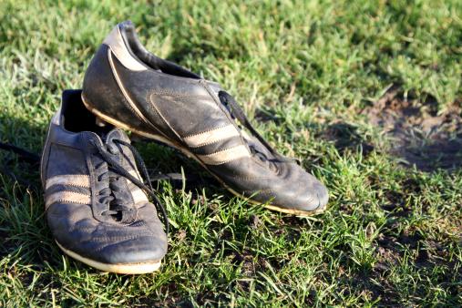 Wandsworth「Dirty football boots on a grass pitch」:スマホ壁紙(4)