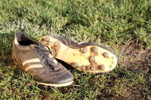 Wandsworth「Dirty football boots on a grass pitch」:スマホ壁紙(10)