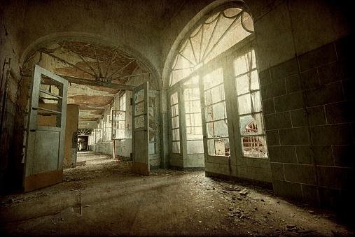 Teenager「Old dark ruin room」:スマホ壁紙(0)