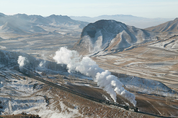 Dramatic Landscape「The bleak winter landscape of the Jing Peng pass provides a fine backdrop to a double-headed coal train emerging from tunnel No 4 and leaving wraiths of steam oozing from the tunnel mouth. This mountainous section of the Ji-Tong railway across Inner Mong」:写真・画像(4)[壁紙.com]