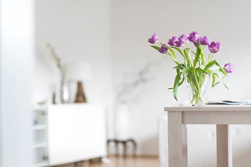 チューリップ「Bunch of tulips on table at home」:スマホ壁紙(19)