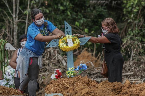 Place of Burial「Coronavirus Pandemic Overwhelms Brazilian City Of Manaus」:写真・画像(18)[壁紙.com]