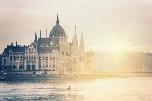 画像加工フィルタ「ハンガリーブダペスト国会議事堂の夕暮れ時」:スマホ壁紙(1)