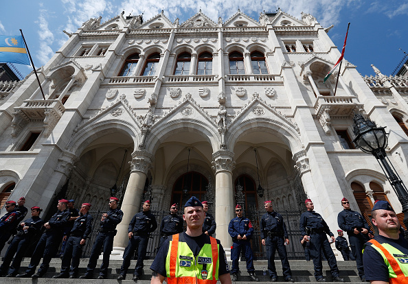 Hungarian Parliament Building「Protesters Demonstrate Against New Hungarian Parliament」:写真・画像(19)[壁紙.com]