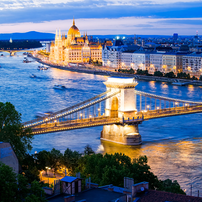 Hungary「Hungarian parlamient building and chain bridge in  Budapest.」:スマホ壁紙(15)