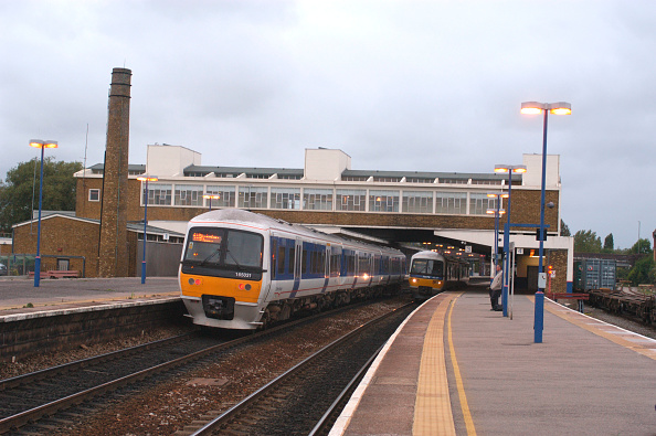 Footbridge「Banbury station with Chiltern and First Great Western Link services in attendance. September 2004」:写真・画像(19)[壁紙.com]