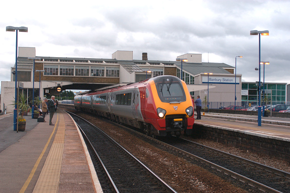 Finance and Economy「Banbury station with a Virgin Voyager service awaiting departure. September 2004」:写真・画像(0)[壁紙.com]