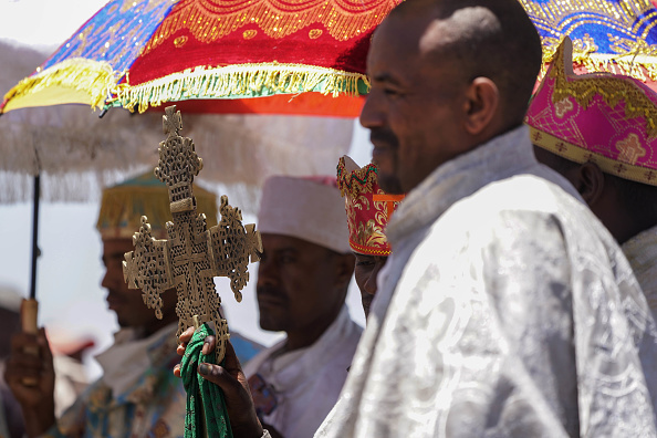 歌う「Villagers Attend Mourning Ritual Tulluferra At The Site Of The Ethiopian Airlines Crash」:写真・画像(1)[壁紙.com]