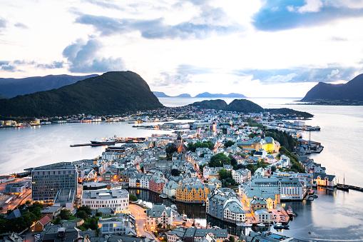 Scandinavia「Alesund, Norway at dusk」:スマホ壁紙(11)