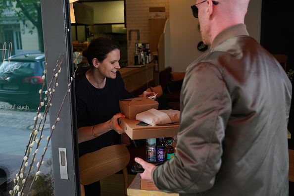 Salad「Restaurants Rely On Deliveries And Take-Away To Stay Solvent During The Coronavirus Crisis」:写真・画像(17)[壁紙.com]