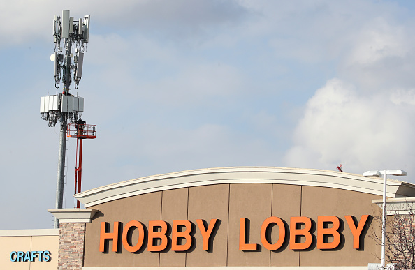 Hobby Lobby「Utility Workers Install 5G Equipment In Cellular Tower」:写真・画像(9)[壁紙.com]
