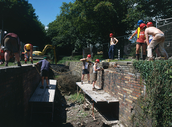 Brick Wall「Volunteer workers restoring the Cefn Lock on the Monmouthshire and Brecon Canal. High Cross, Newport.  Wales.」:写真・画像(18)[壁紙.com]