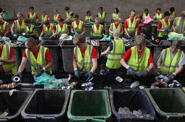 Recycling「Volunteers Begin The Clean Up After 137,000 Fans Leave Glastonbury Festival」:写真・画像(6)[壁紙.com]