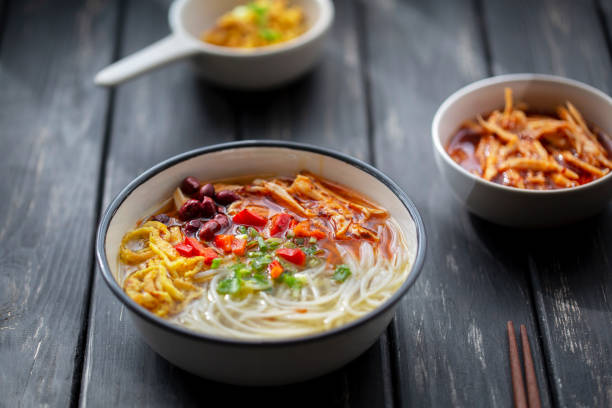 rice noodles with spicy shredded chicken meat gravy:スマホ壁紙(壁紙.com)
