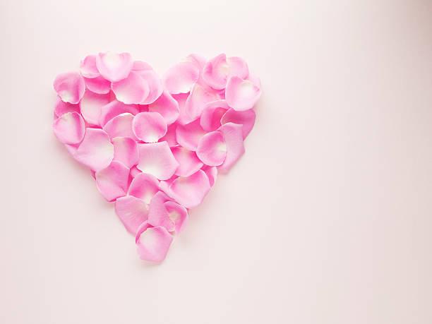 Pink rose petals forming heart-shape:スマホ壁紙(壁紙.com)