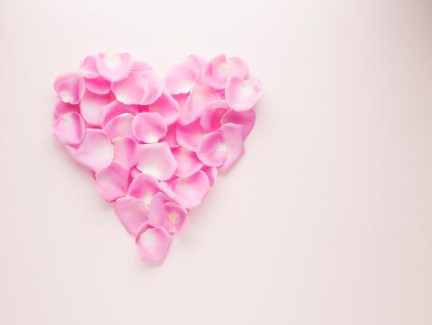 Heart「Pink rose petals forming heart-shape」:スマホ壁紙(13)