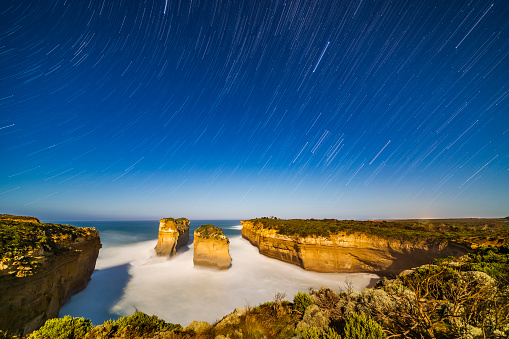 Multiple Exposure「Orion and Sirius setting into the west over Loch Ard Gorge, Australia.」:スマホ壁紙(4)