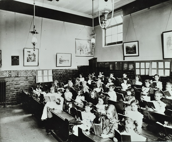 In A Row「Class Reading From Books, Southfields Infants School, Wandsworth, London, 1907. Artist: Unknown.」:写真・画像(10)[壁紙.com]