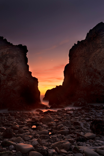 Pfeiffer Beach「Setting Crescent Moon and Dusk Sky」:スマホ壁紙(15)