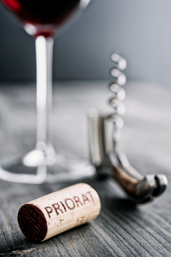 英字「Glass of red wine, corkscrew and wine cork with the word Priorat」:スマホ壁紙(19)