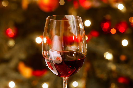 Temptation「Glass of red wine at Christmas time, close-up」:スマホ壁紙(11)