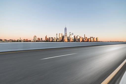 Urban Skyline「Asphalt Road in front of City Manhattan」:スマホ壁紙(19)