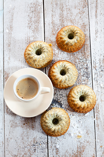 スイーツ「Five mini Gugelhupf with poppy seed and cup of coffee on wood」:スマホ壁紙(16)