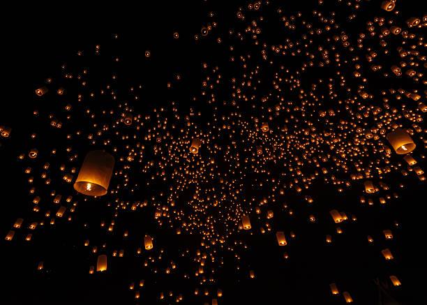 Thailand, Chiang Mai, lighted lanterns at night at Yee Peng Festival:スマホ壁紙(壁紙.com)