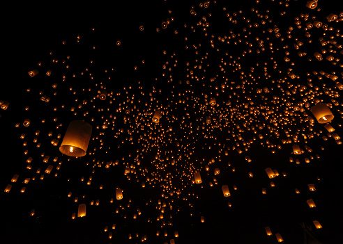 Hovering「Thailand, Chiang Mai, lighted lanterns at night at Yee Peng Festival」:スマホ壁紙(16)