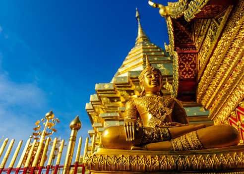 仏像「Thailand, Chiang Mai, temple Wat Phra That Doi Suthep, ornate golden statue and chedi」:スマホ壁紙(19)