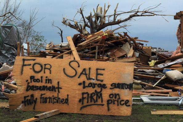 Missouri「Joplin, Missouri Reels After F5 Tornado Devastates Town, Kills 125」:写真・画像(15)[壁紙.com]