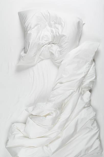 Messy bed in morning:スマホ壁紙(壁紙.com)
