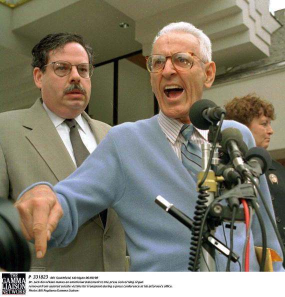 Bill Pugliano「Southfield Michigan 35955 Dr Jack Kevorkian Makes An Emotional Statement To The Press Concernin」:写真・画像(15)[壁紙.com]