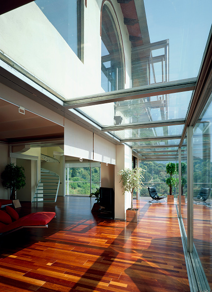 Transparent「View of a house having glass ceiling in the corridor」:写真・画像(15)[壁紙.com]