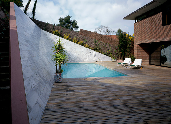 Plank - Timber「View of a house with an outdoor swimming pool」:写真・画像(2)[壁紙.com]