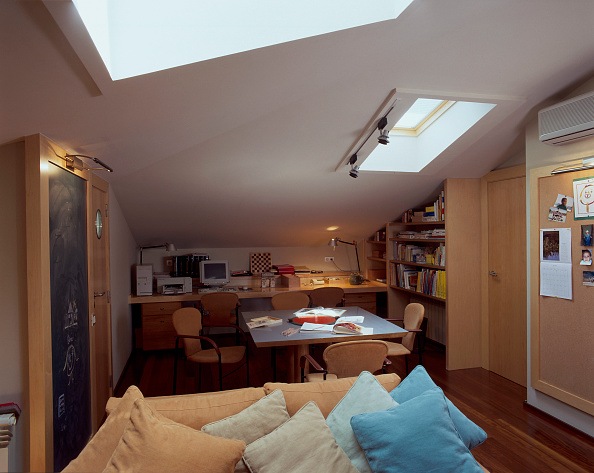 Ceiling「View of a home office having skylights.」:写真・画像(4)[壁紙.com]