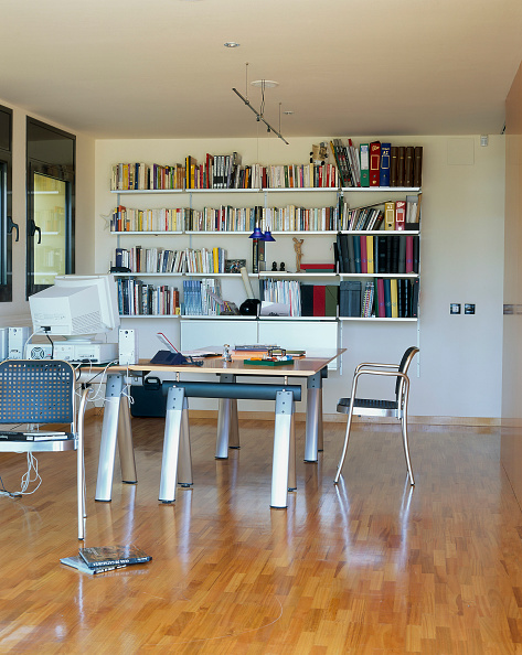 Home Office「View of a home office with a library」:写真・画像(11)[壁紙.com]