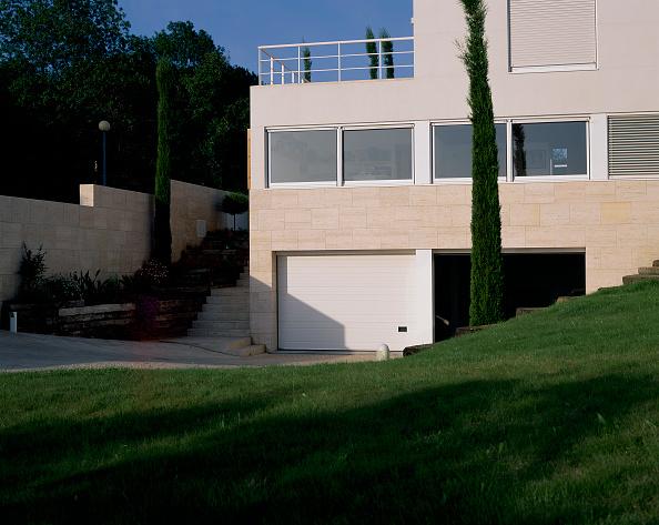 造園「View of a house with a lawn in front of it」:写真・画像(10)[壁紙.com]