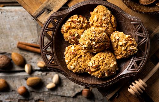 Biscuit「Almond cookies in a rustic bowl」:スマホ壁紙(7)