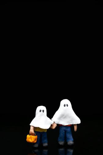 ハロウィン おばけ「Two child figurines wearing ghost costumes against black background」:スマホ壁紙(15)