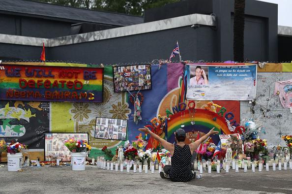 フロリダ州オーランド「Mourners Marks 1st Anniversary Of Orlando Pulse Nightclub Mass Shooting」:写真・画像(10)[壁紙.com]