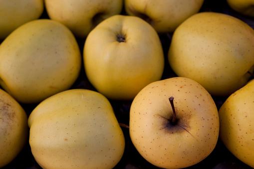 Apple「yellow apples in market」:スマホ壁紙(5)